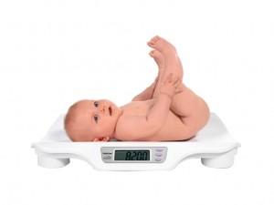 neonato-sulla-bilancia-622x466